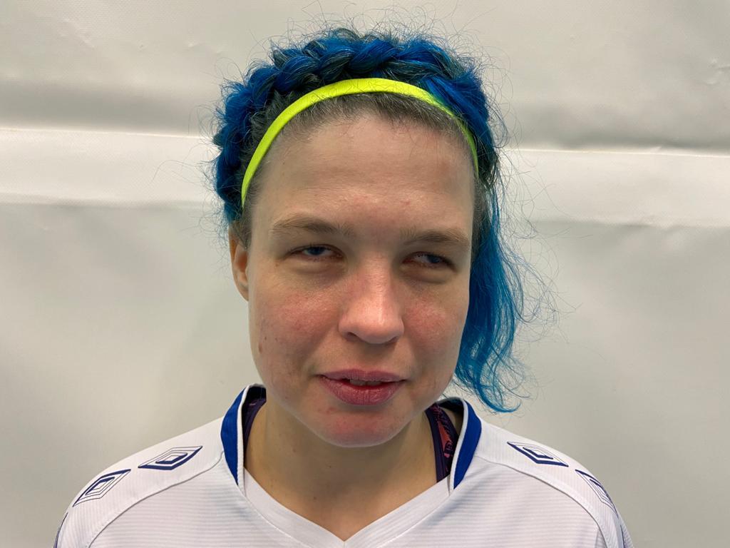 Kasvokuva Krista Leppäsestä. Kristalla on siniset keskipitkät hiukset ja keltainen hiuspanta päässä.